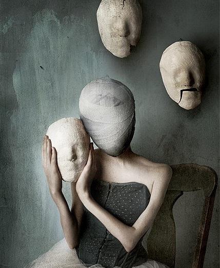 femme visage bandé