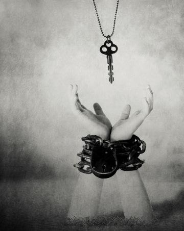 mains attachées clé